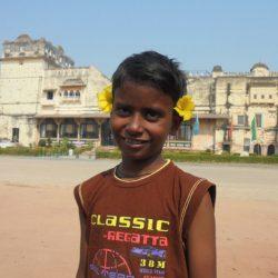 Prakash con su decoración de flores