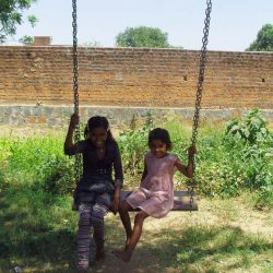 Jyoti y Mahek en el jardín