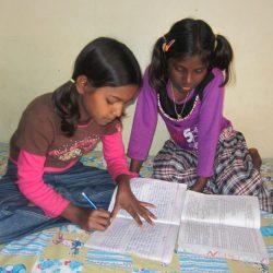 Jeenat y Jyoti haciendo los deberes