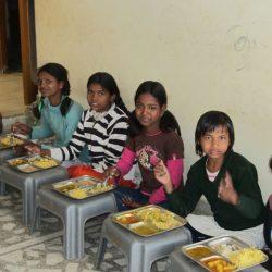 Las niñas mayores comiendo